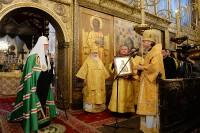 Епископ Лазарь вручает икону Святого Платона Ревельского Патриарху Кириллу