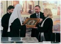 С.В. Медведева вручает Патриарху Кириллу икону Иоанна Кронштадтского
