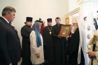 Митрополит Ярославский и Ростовский Пантелеимон вручает икону Божией Матери Целительница храму при детской клинической больнице